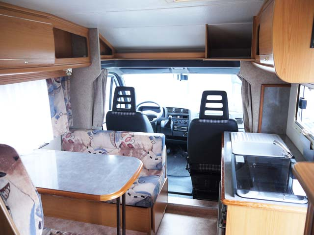 Camping Car Pilote First  Court